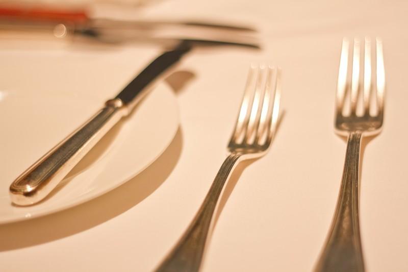 テーブルセットのフォークとナイフ