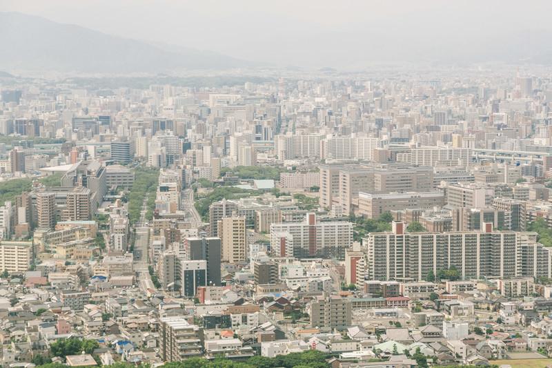 福岡空港から飛び立つ旅客機から見た市街地